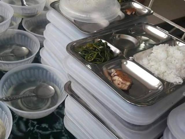 Thực hư bữa trưa đạm bạc của học sinh chỉ có 1 miếng cá và rau muống