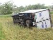 """Vòi rồng đen sì """"ném"""" xe tải từ trên đường xuống ruộng lúa"""