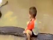 Bé 3 tuổi cưỡi trăn khổng lồ ở VN gây choáng trên báo Tây