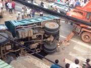 Tin tức trong ngày - Clip xe tải chở đất lật ngang đè chết người đàn ông bán vé số