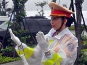 """Tin tức trong ngày - Xúc động hình ảnh những """"Bông hồng thép"""" dầm mưa phục vụ APEC 2017"""