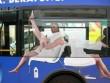 """Đi xe buýt, đừng mang những thứ """"thò ra và dễ bị kéo đi"""" (Nhật ký phiêu lưu ký - P43)"""