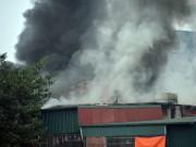 Tin tức trong ngày - HN: Cháy lớn 3 ngôi nhà liền kề, cột khói bốc cao nghi ngút
