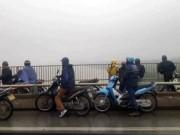 Bỏ lại xe máy, cô gái trẻ lao xuống sông Hồng tự vẫn
