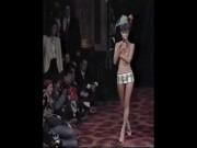 Clip Kate Moss ăn kem, bán nude trên sàn diễn năm 19 tuổi gây sốt