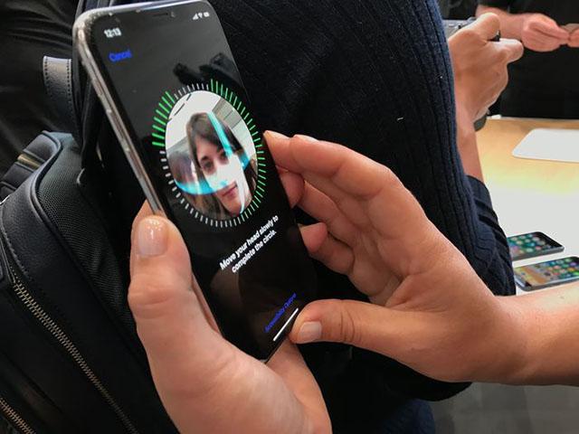 """Số nhọ"" đổi iPhone X hai lần vẫn bị đồng nghiệp qua mặt Face ID"