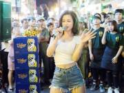 """Khán giả Bùi Viện """"bấn loạn"""" khi Đông Nhi bất ngờ hát live trên phố đi bộ"""