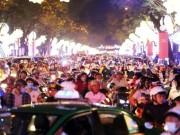 Dân ùn ùn xuống đường đêm Noel, trung tâm SG  tê liệt
