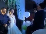 Bạn trẻ - Cuộc sống - Trong đám cưới, chú rể xung phong hát một bài khiến bố vợ tái mặt