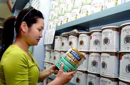 Giá sữa bột tại Việt Nam rẻ nhất châu Á: Người tiêu dùng bị sốc - 1