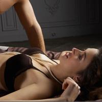 Vết cắn nơi ngực vợ
