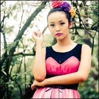 Người mẫu 12 tuổi mặc váy đẹp du xuân