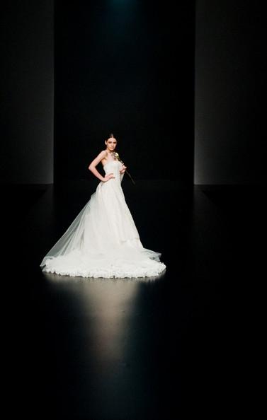 Hong Kong FS'11: Lộng lẫy xiêm y cưới - 3