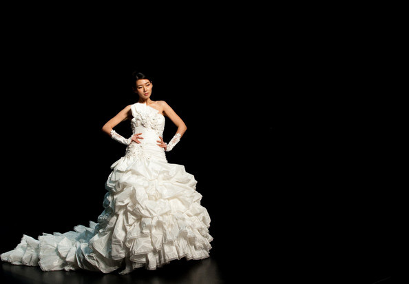 Hong Kong FS'11: Lộng lẫy xiêm y cưới - 6
