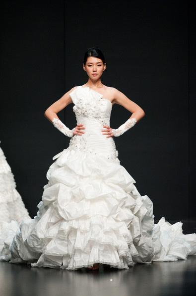 Hong Kong FS'11: Lộng lẫy xiêm y cưới - 13