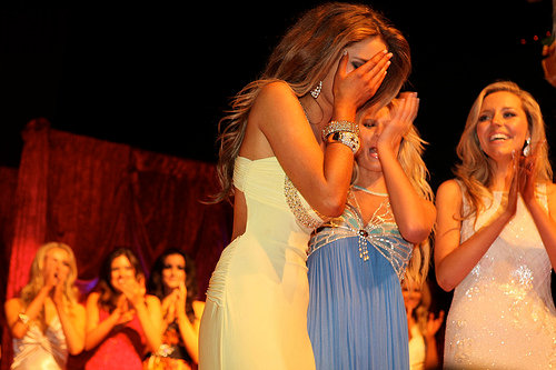 Hoa hậu Ireland cháy bỏng với váy ngủ - 1