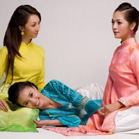 Mặc áo dài Tết đẹp như sao Việt