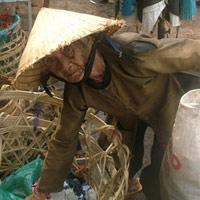 78 tuổi vẫn đi nhặt rác nuôi chồng con