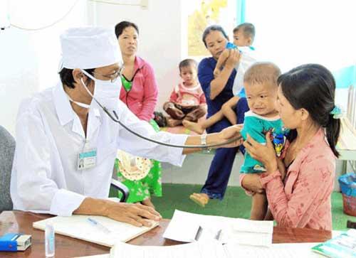 Nhân lực ngành y tế thiếu và phân bố không đều - 1