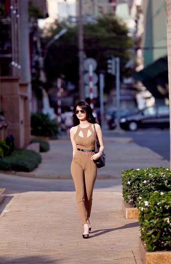 """Mặc jumpsuit đẹp như """"búp bê"""" 9X Ngọc Trinh - 11"""