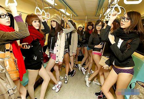 Đài Loan: Thiếu nữ mặc quần chip đi tàu điện - 2