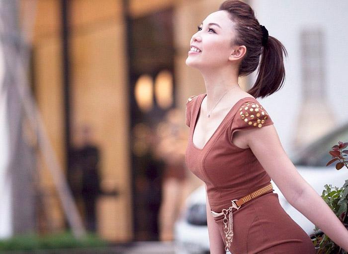 Quỳnh Thư hút hồn với áo quây, váy ngắn - 4