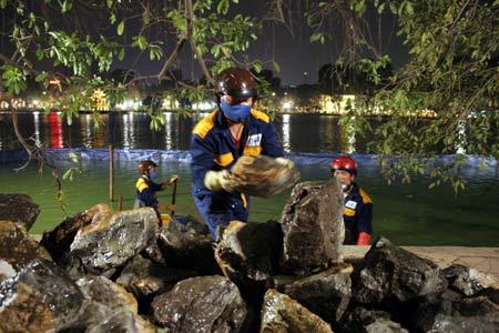 Chùm ảnh: Vớt đá hộc dưới lòng Hồ Gươm - 1