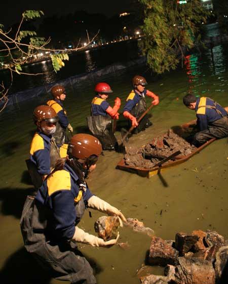 Chùm ảnh: Vớt đá hộc dưới lòng Hồ Gươm - 3