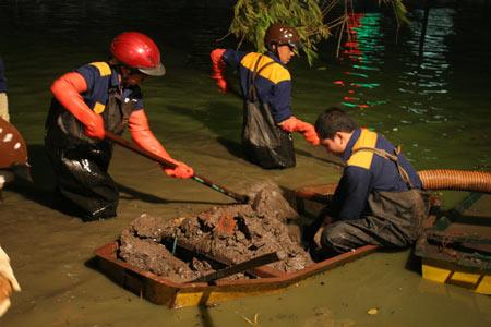 Chùm ảnh: Vớt đá hộc dưới lòng Hồ Gươm - 8