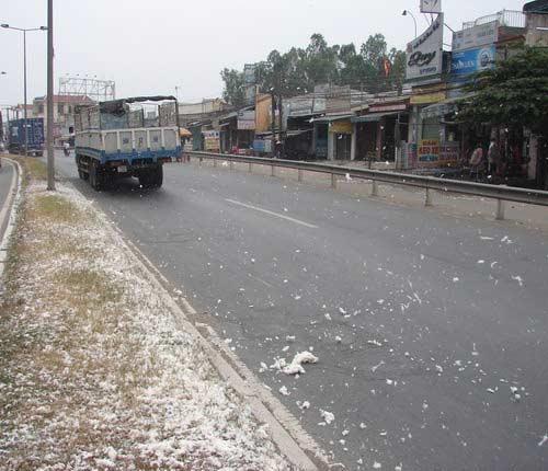 """Đồng Nai: """"Tuyết"""" rơi trên trên quốc lộ - 2"""
