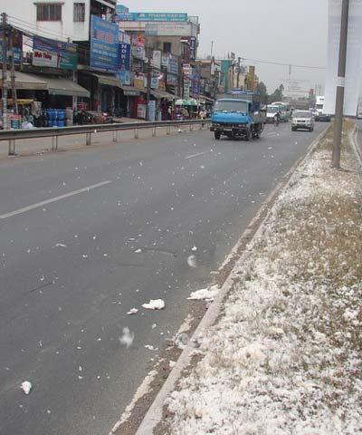 """Đồng Nai: """"Tuyết"""" rơi trên trên quốc lộ - 4"""