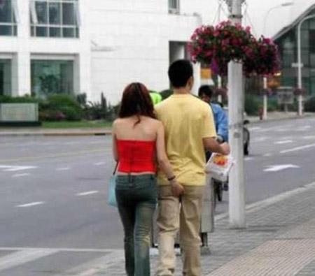 """Giới trẻ hớ hênh khi """"yêu"""" nơi công cộng - 1"""