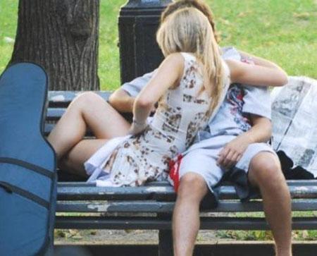 """Giới trẻ hớ hênh khi """"yêu"""" nơi công cộng - 2"""