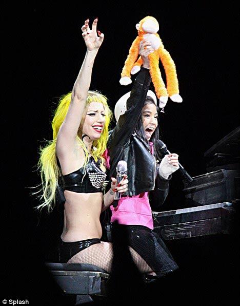 Lady Gaga khóc ròng trên sân khấu - 4