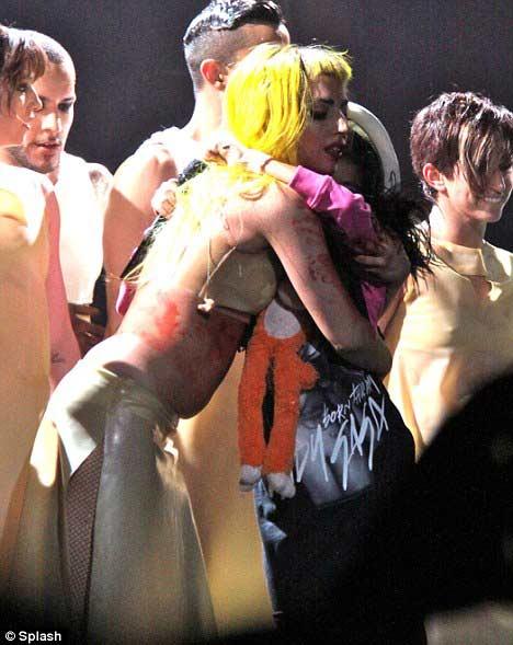 Lady Gaga khóc ròng trên sân khấu - 6