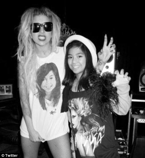 Lady Gaga khóc ròng trên sân khấu - 7
