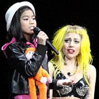 Lady Gaga khóc ròng trên sân khấu