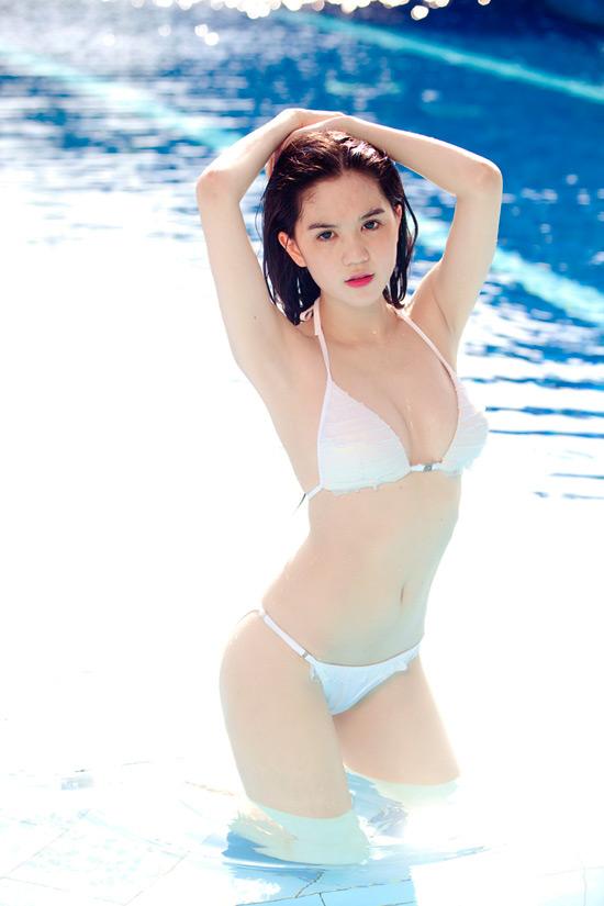 9X Ngọc Trinh bỏng mắt với bikini - 1