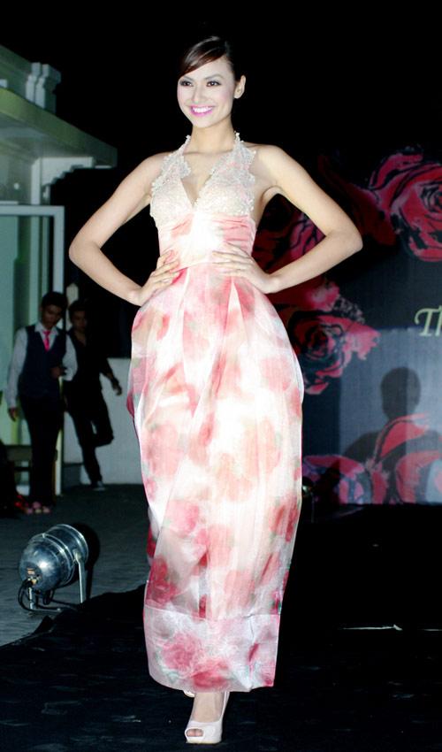 Hồng Quế xinh đẹp trong váy voan mỏng - 12