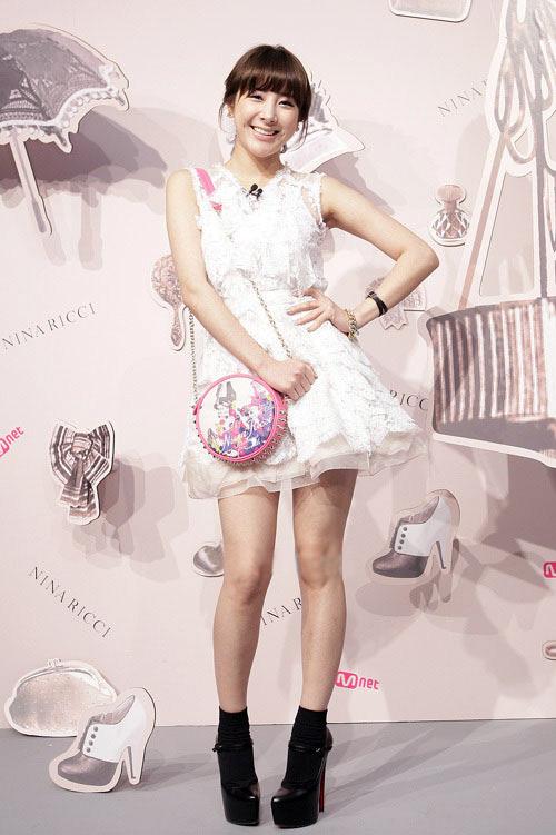 """Ngắm váy ngắn để """"soi"""" chân nuột của Sao Hàn - 1"""