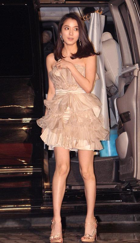"""Ngắm váy ngắn để """"soi"""" chân nuột của Sao Hàn - 14"""