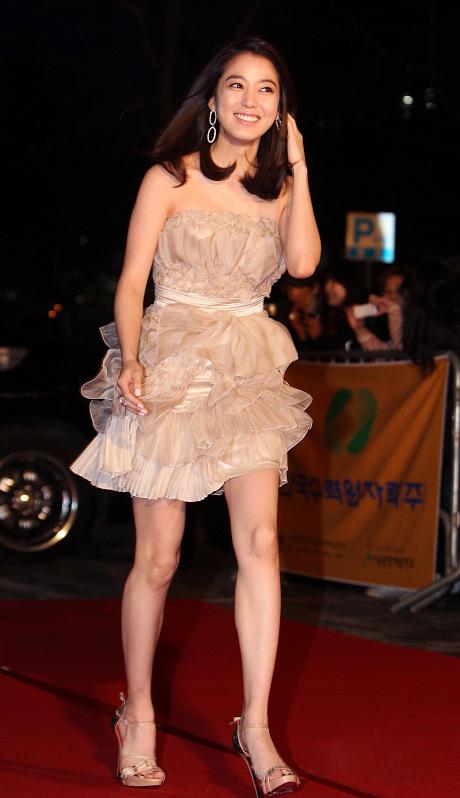 """Ngắm váy ngắn để """"soi"""" chân nuột của Sao Hàn - 15"""