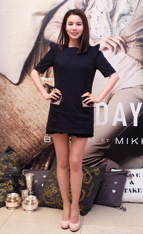 """Ngắm váy ngắn để """"soi"""" chân nuột của Sao Hàn - 20"""