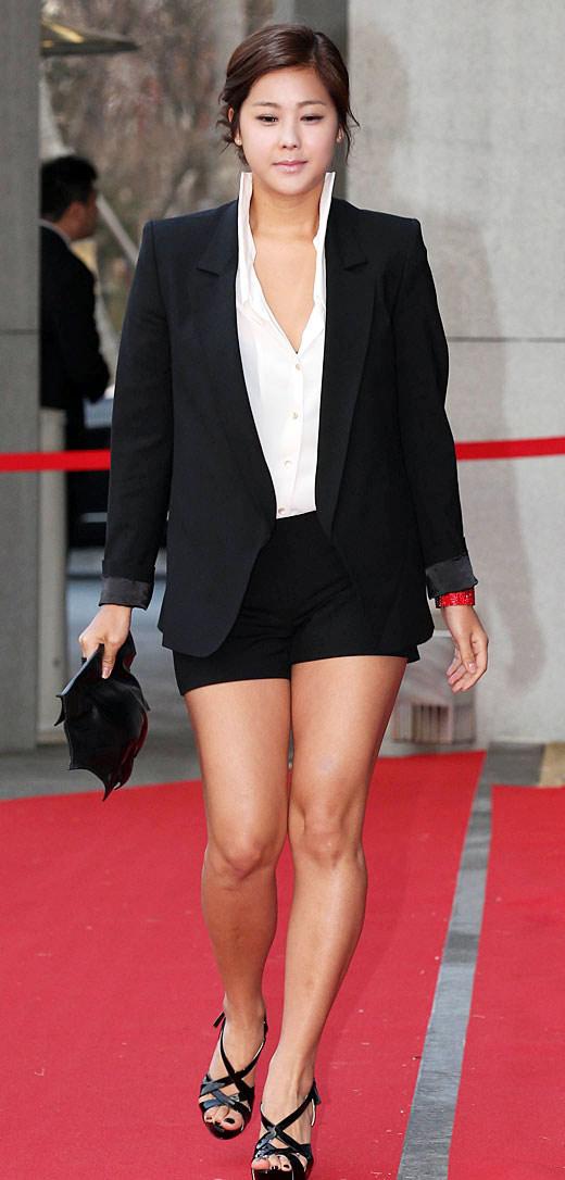 """Ngắm váy ngắn để """"soi"""" chân nuột của Sao Hàn - 21"""
