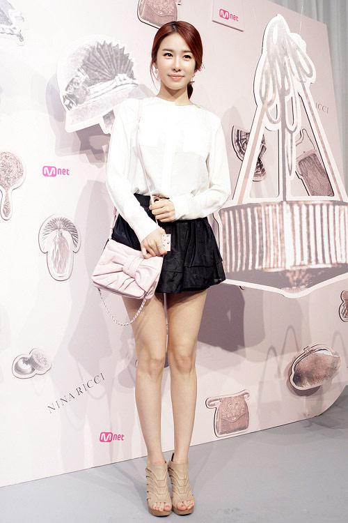 """Ngắm váy ngắn để """"soi"""" chân nuột của Sao Hàn - 22"""