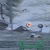 """Video sóng thần """"nuốt"""" hàng trăm ô tô tại Nhật"""