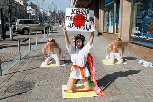 """""""Choáng"""" với cách nude ủng hộ Nhật Bản - 2"""