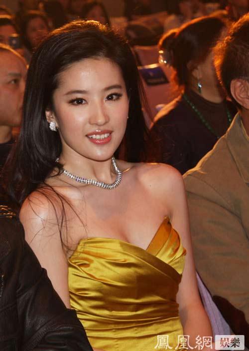 Lưu Diệc Phi lộ vòng 1 nuột nà với váy đỏ - 14