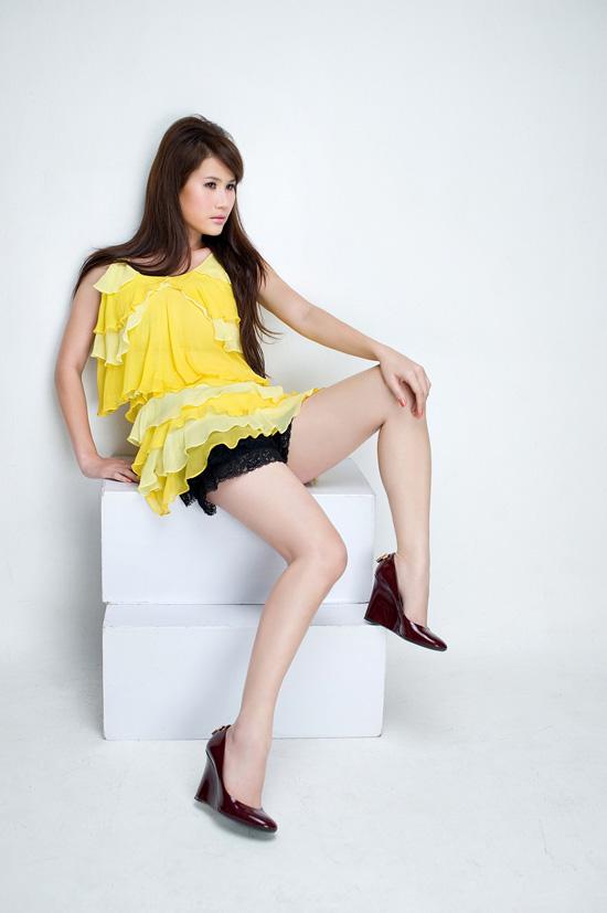 Thân Thúy Hà khoe chân dài sexy - 3