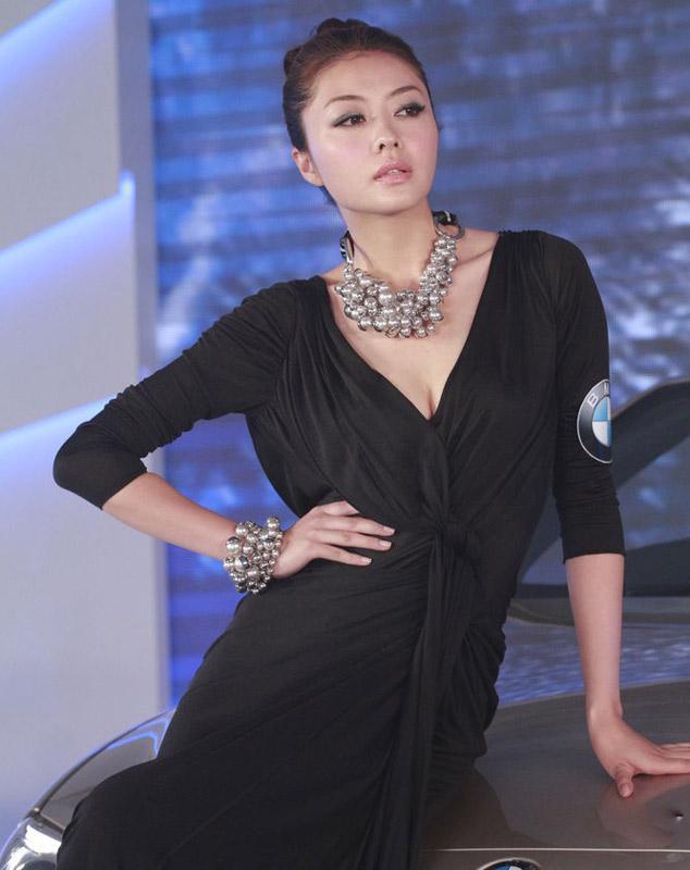 """Hùng Đại Lâm mặc váy đen vẫn """"lộ liễu"""" - 1"""
